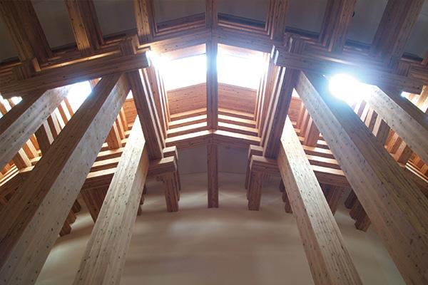 木の殿堂内観 柱 天井